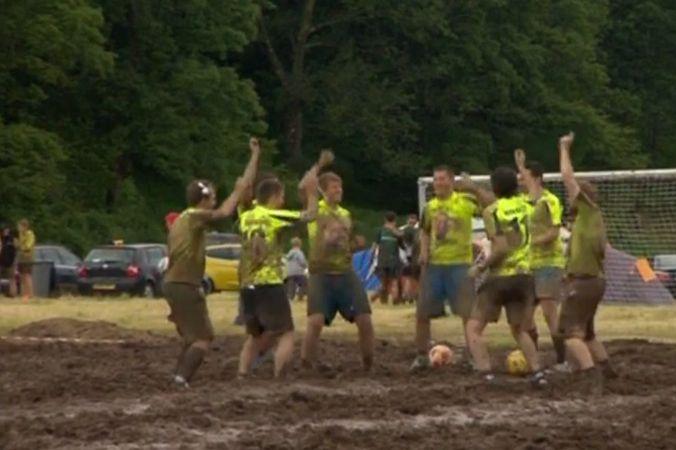 Шотландцы выиграли чемпионат мира по болотному футболу
