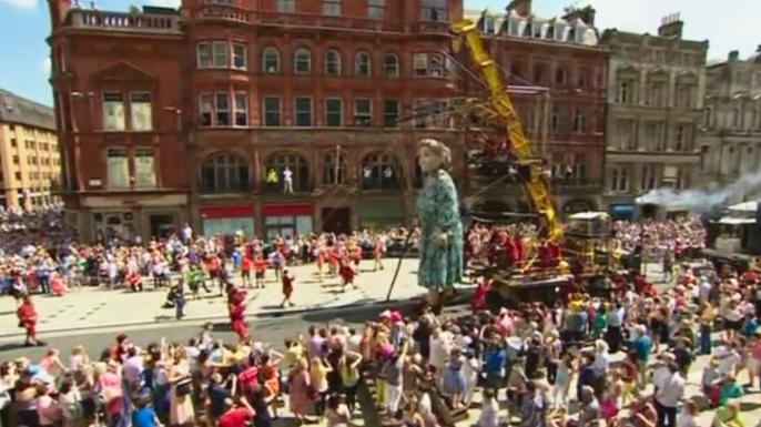 Огромные куклы напомнили ливерпульцам о Первой мировой войне