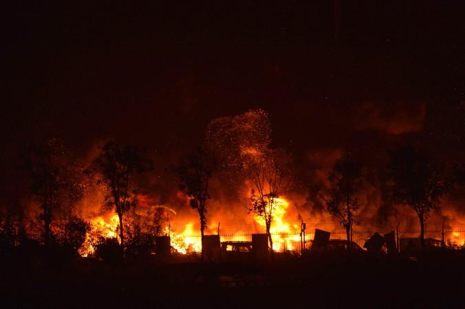 Огонь и дым на месте серии взрывов в Тяньцзине, Китай,
