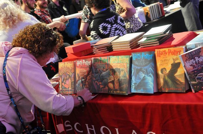 Восьмая книга британской писательницы Джоан Роулинг про волшебника Гарри Поттера выйдет в свет 31 июля.