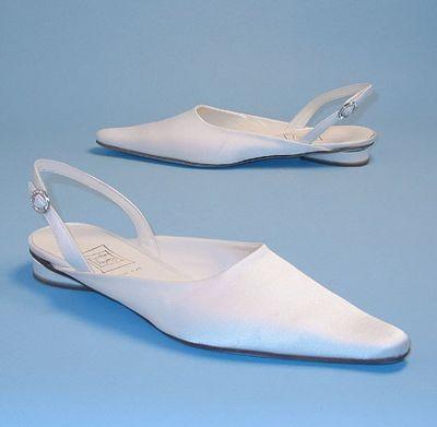 Белые атласные свадебные туфли