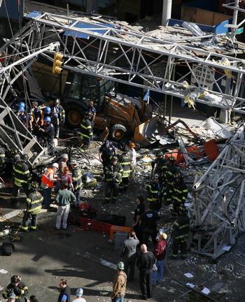 126 kra2 81291078 - Фотообзор: В Нью-Йорке на Манхеттене упал кран, есть жертвы