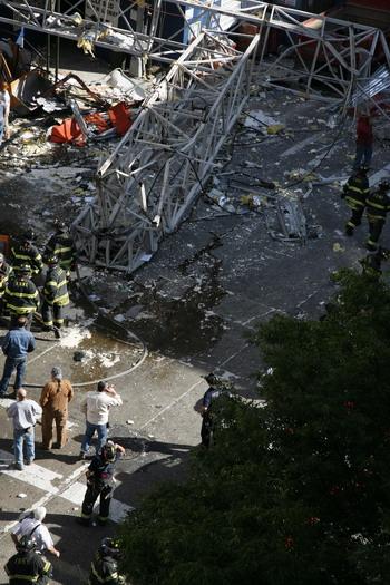 126 kra3 81290984 - Фотообзор: В Нью-Йорке на Манхеттене упал кран, есть жертвы