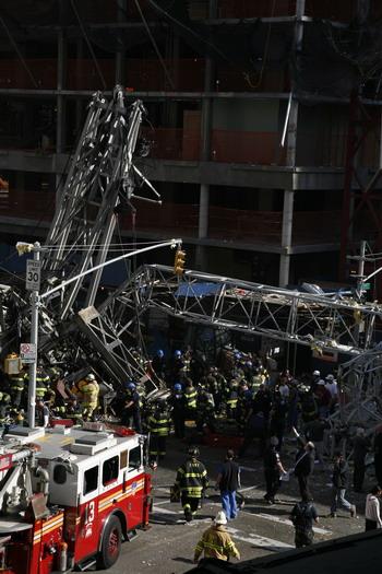 126 kra4 81291151 - Фотообзор: В Нью-Йорке на Манхеттене упал кран, есть жертвы