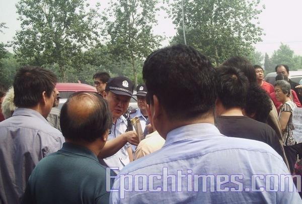 Полиция разогнала людей, приветствующих американскую делегацию в Шанхае