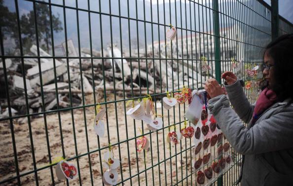 Фотообзор: В канун Нового года жители пострадавших от землетрясения районов Сычуани поминают своих родных