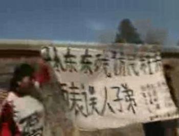 75 ctena 2 - Апеллянтка краской написала обвинения на стене Чжуннаньхая