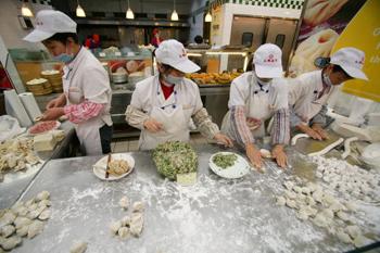 Некачественные пельмени, которые вернула Япония, выдали китайским рабочим в качестве пайка