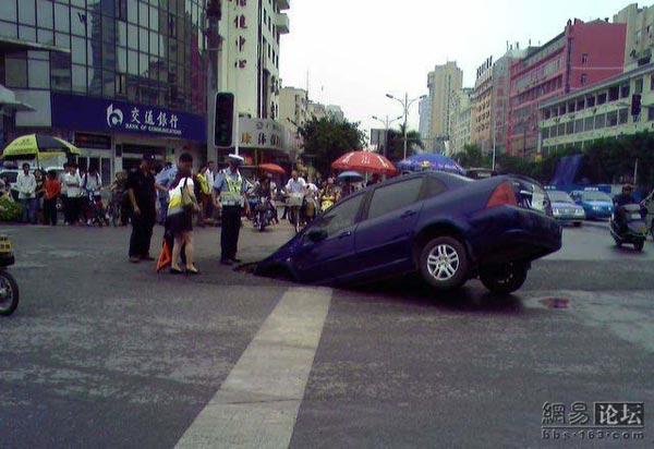 75 avtomobil 2 - Передняя часть автомобиля внезапно провалилась под землю в провинции Гуанси