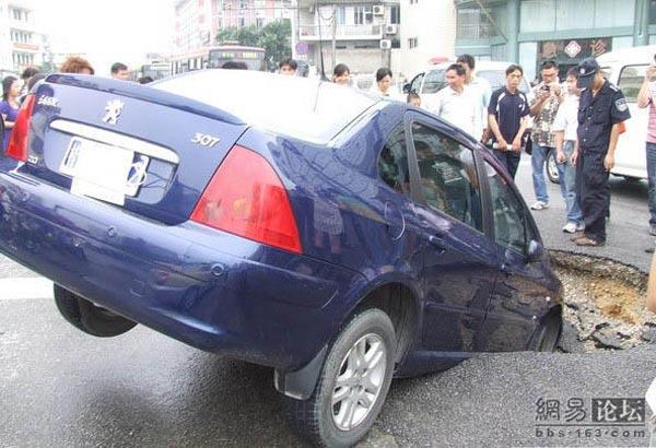75 avtomobil 3 - Передняя часть автомобиля внезапно провалилась под землю в провинции Гуанси