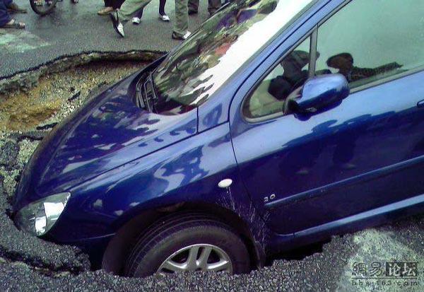 75 avtomobil 4 - Передняя часть автомобиля внезапно провалилась под землю в провинции Гуанси