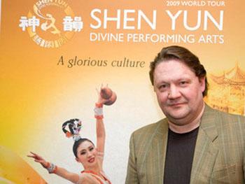 90 28 03 09 neu - Директор Агентства оперных певцов на представлении Shen Yun