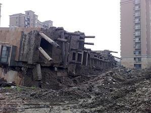 Здание в Шанхае рухнуло из-за некачественного фундамента