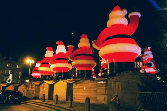 115 151 - Как жители европейских городов украшают здания к зимним праздникам