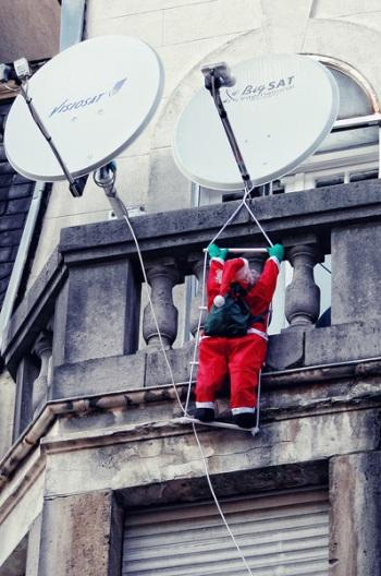 115 18 - Как жители европейских городов украшают здания к зимним праздникам