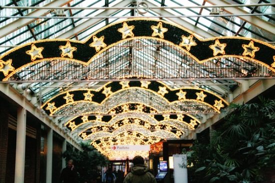 115 2 - Как жители европейских городов украшают здания к зимним праздникам