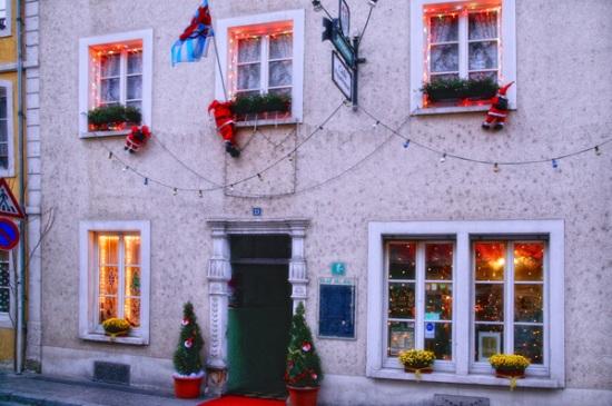 115 20 - Как жители европейских городов украшают здания к зимним праздникам