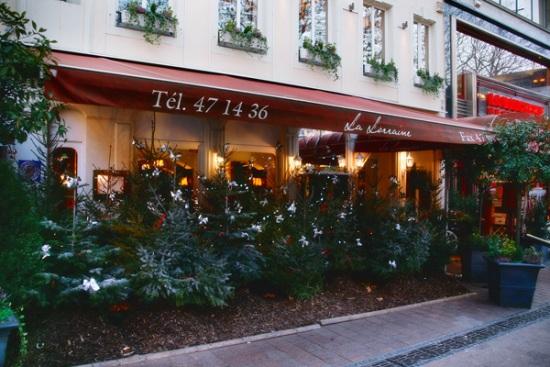 115 30 - Как жители европейских городов украшают здания к зимним праздникам