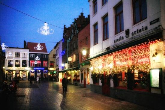 115 7 - Как жители европейских городов украшают здания к зимним праздникам