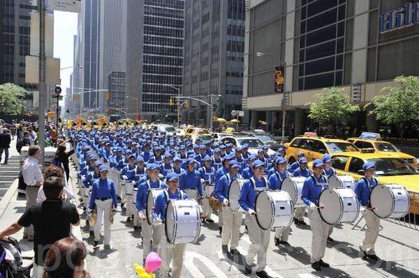 Тысячи последователей Фалуньгун в Нью-Йорке призывают остановить репрессии в Китае