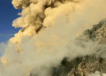 Курильский вулкан Пик Сарычева извергает пепел на высоту до 16  км