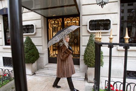Банкам доверили контролировать финансовые операции чиновников и их семей