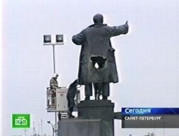 146 p310081a77240986 - В Санкт-Петербурге у Ленина взрывом оторвало кусок пальто