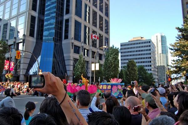 0407 Kanada1 - Фотообзор: Последователи Фалуньгун Канады приняли участие в главном государственном празднике страны