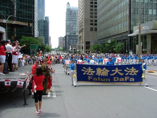 0407 Kanada5 - Фотообзор: Последователи Фалуньгун Канады приняли участие в главном государственном празднике страны
