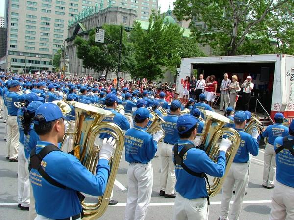 0407 Kanada6 - Фотообзор: Последователи Фалуньгун Канады приняли участие в главном государственном празднике страны
