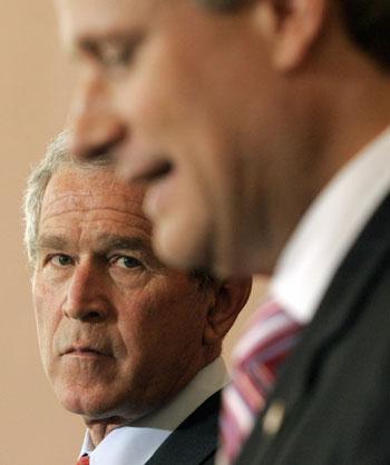 111 180309 10 - Канадцы собирали обувь по всей стране чтобы встретить Джорджа Буша