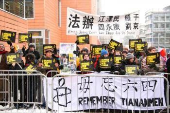 115 ProtestUK - В китайского премьер-министра бросили ботинок во время его визита в Великобританию