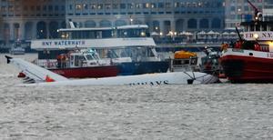 Пилот виртуозно посадил самолет в реку Гудзон
