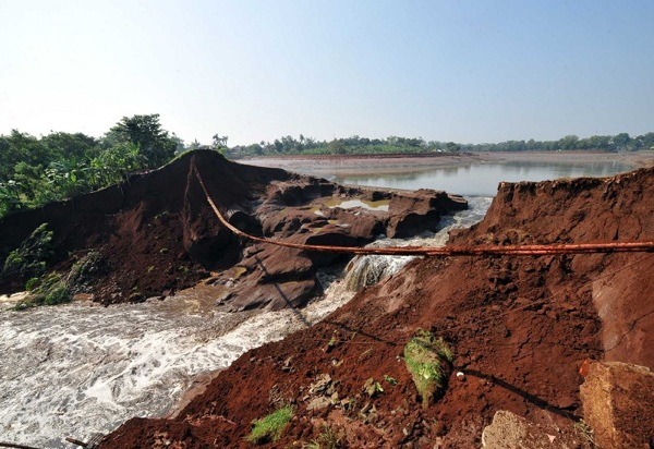 150 903270444231459 - В Индонезии увеличилось количество жертв в результате прорыва дамбы