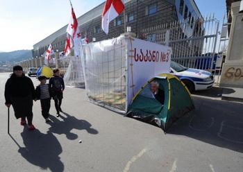 156 156 01 05 09 georgia - Лидеры грузинской оппозиции пикетируют здание Общественного ТВ