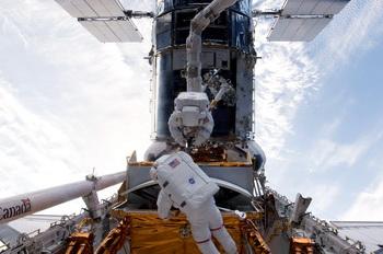 156 18 05 09 Atlan - Астронавты Atlantis вновь вышли в открытый космос для ремонта телескопа Hubble