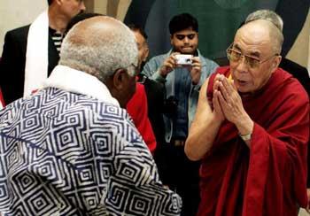 Власти ЮАР под давлением Пекина отказали в визе Далай-ламе