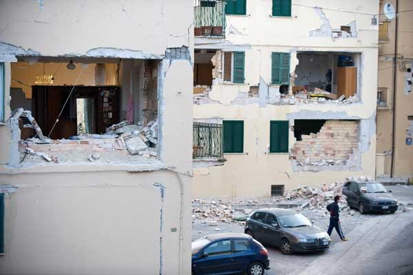 63 090406 Italiy 02 - Фотообзор: По меньшей мере 13 человек погибли в результате сильного землетрясения, произошедшего в Италии.
