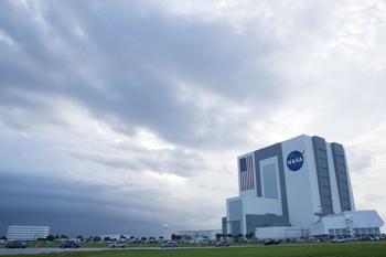 90 14 07 09 397 - Космодром Канаверал: В пятый раз отложен запуск шаттла на орбиту
