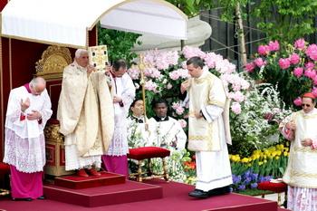 Бенедикт XYI отслужил в Ватикане пасхальную мессу