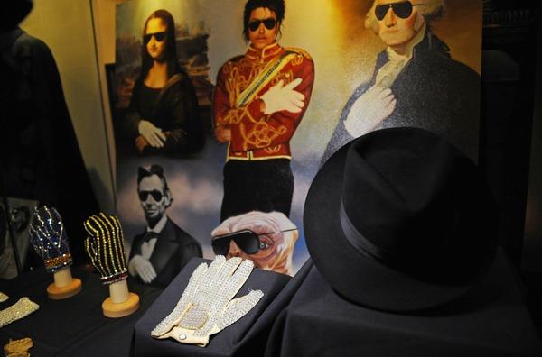 Перчатка Майкла Джексона украшенная бриллиантами ушла с молотка за 350 тысяч долларов