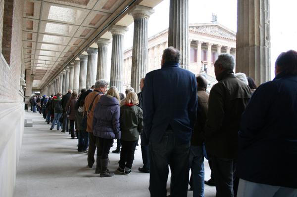 90 24 10 2009 2 - Берлинцы стоят в очереди в музей. Фотообзор