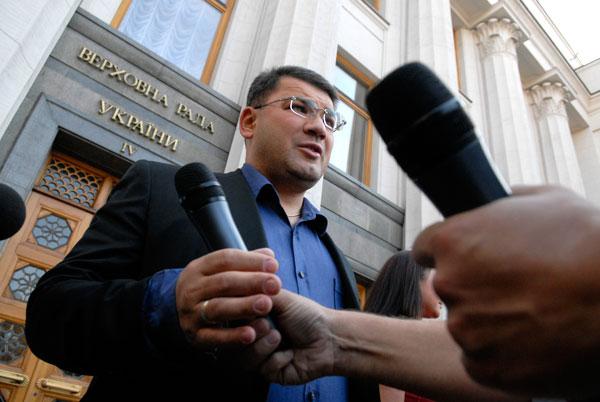 Киев: Возле ВР прошел чемпионат по метанию микрофонов среди депутатов