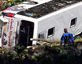 156 19 10 09 accident - На трассе Красноярск-Енисейск перевернулся автобус. Есть жертвы