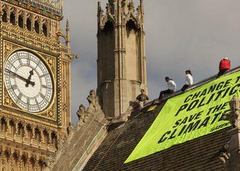 """161 13 10 2009 GREEN - Активисты """"Гринпис"""" провели ночь на крыше британского парламента"""