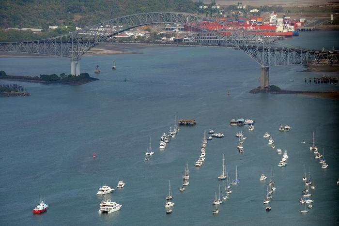 Шесть судов сели на мель у входа в Панамский канал