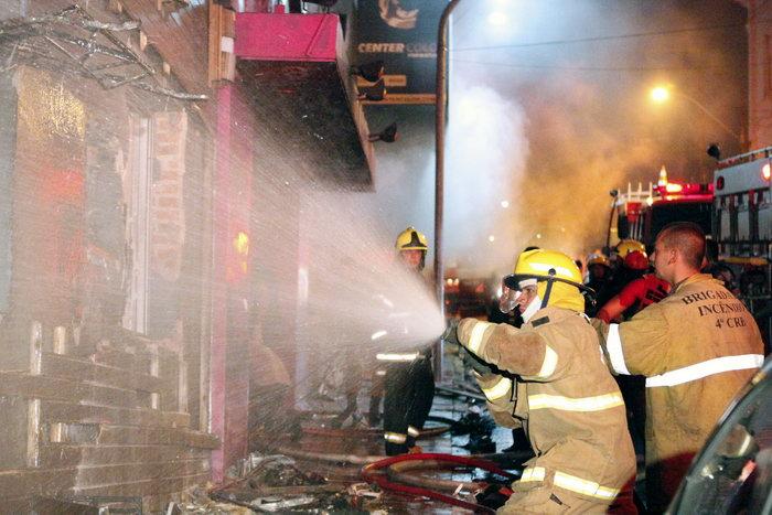 В Бразилии во время пожара в ночном клубе погибли не менее 90 человек