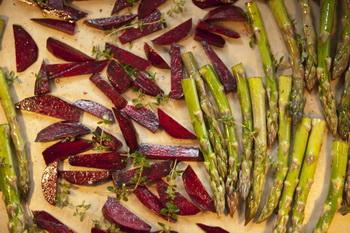 Жареная спаржа со свёклой и козьим сыром