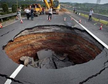 137 11061 - Внезапное появление провалов в земле стало причиной паники в Китае. Фоторепортаж
