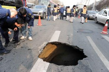 137 11062 - Внезапное появление провалов в земле стало причиной паники в Китае. Фоторепортаж